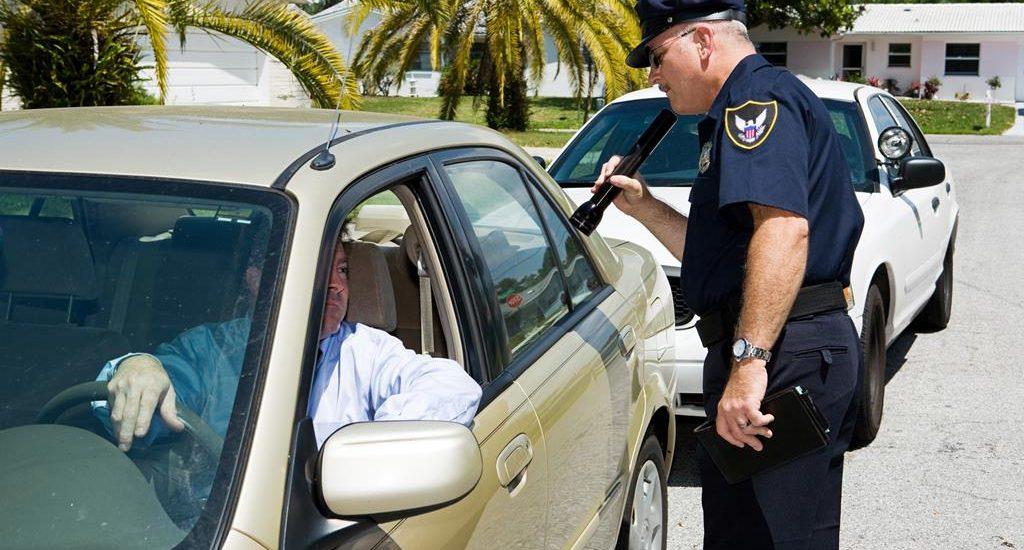 ¿Se le puede confiscar su licencia de conducir en el extranjero? ¿Qué se debe hacer si es el caso?