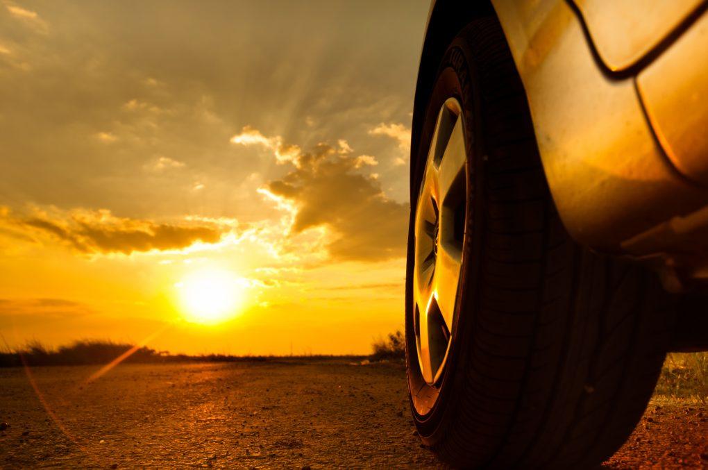 Автомобиль едет в закат