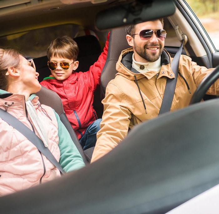 Preescolar en un vehículo: el niño durante el viaje