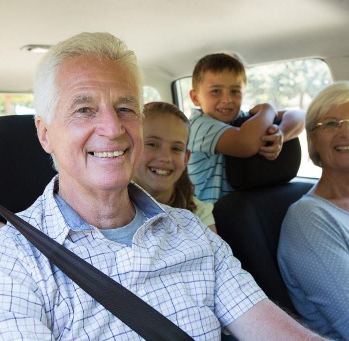 Autofahrt mit älteren Verwandten