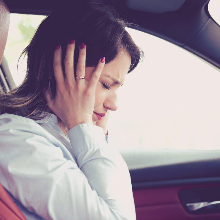¿Qué debe hacer si escucha chirridos en el automóvil?